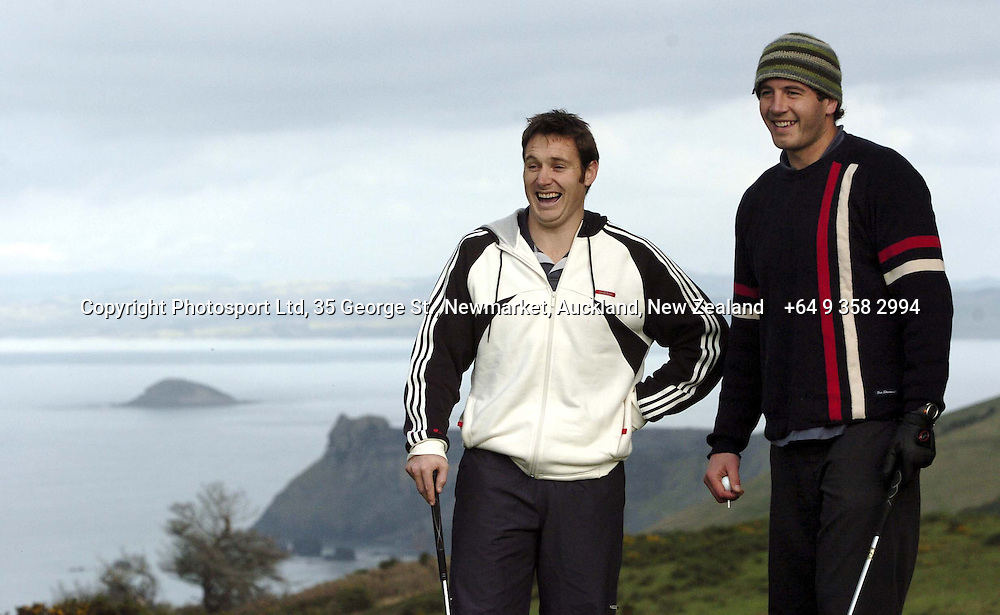 Andrew Mehrtens and Simon Maling enjoy a game of golf, 07 June 2004 in Dunedin, prior to the Test match against England on Saturday.<br />