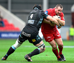Scarlets' Ken Owens under pressure from Glasgow Warriors' Tim Swinson<br /> <br /> Photographer Simon King/Replay Images<br /> <br /> Guinness PRO14 Round 19 - Scarlets v Glasgow Warriors - Saturday 7th April 2018 - Parc Y Scarlets - Llanelli<br /> <br /> World Copyright © Replay Images . All rights reserved. info@replayimages.co.uk - http://replayimages.co.uk