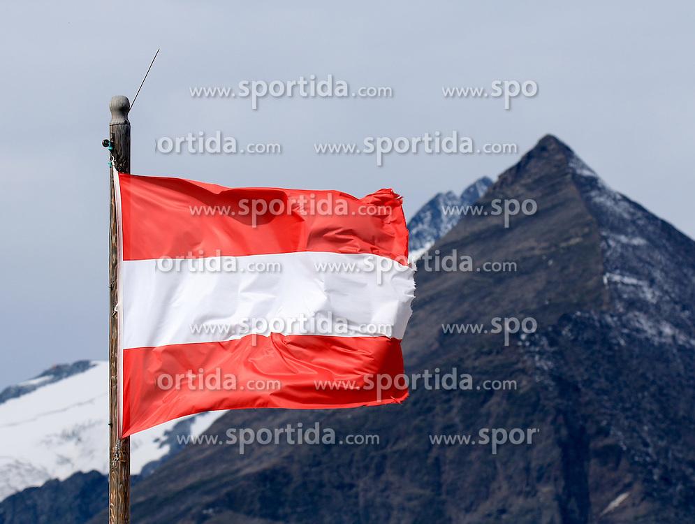 THEMENBILD - Großglockner Hochalpenstraße, Blick über eine österreichische Fahne hinweg zum Großglockner und Sonnenwelleck. Sie verbindet die beiden Bundesländer Salzburg und Kärnten mit einer Länge von 48 Kilometern und ist als Erlebnisstraße von großer touristischer Bedeutung, aufgenommen am 1. August 2015, Heiligenblut, Österreich // View to the Großglockner and Sonnenwelleck with an Austrian flag. The Großglockner High Alpine Road connects the two provinces of Salzburg and Carinthia with a length of 48 km and is as an adventure road priority of tourist interest at Heiligenblut, Austria on 2015/08/01. EXPA Pictures © 2015, PhotoCredit: EXPA/ Martin Huber