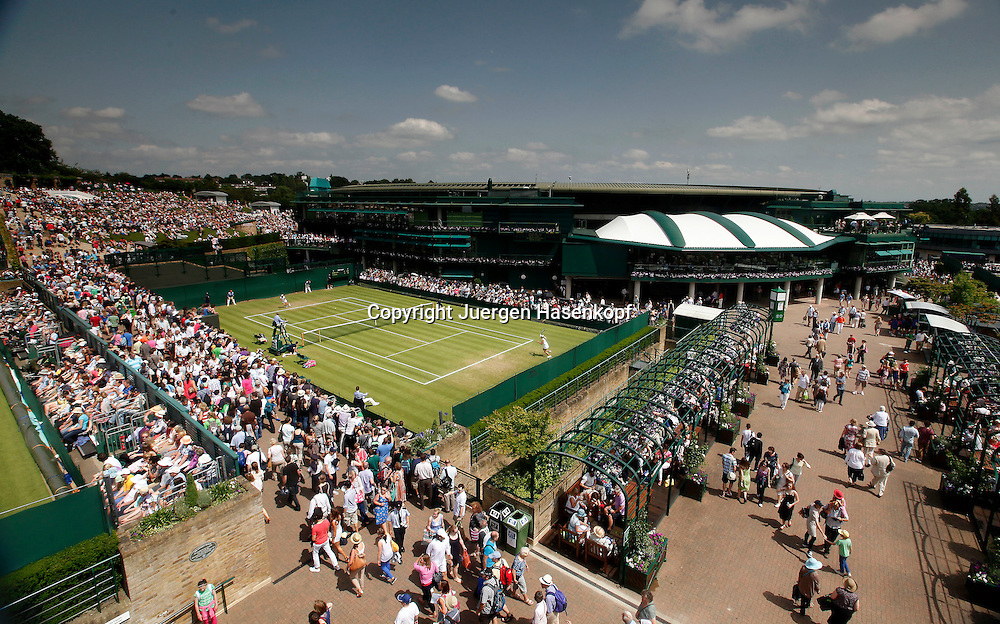Wimbledon Championships 2012 AELTC,London,ITF Grand Slam Tennis Tournament,.Blick auf die Anlage von oben,vorne Platz 19,dahinter Court 1,Stadion, ganz links oben der Henman Hill,Panaorama, Ueberblick,Feature,.Feature,