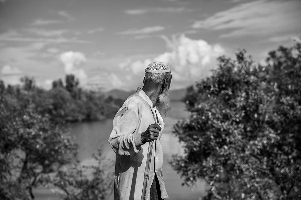 Rohingyas who fled Myanmar are arriving in Bangladesh through the Naf River on a makeshift raft near Noya Para - Teknaf - Bangladesh on 11th november 2017.<br /> Des Rohingyas ayant fui le Myanmar arrivent au Bangladesh par la rivi&egrave;re Naf sur un radeau de fortune pr&egrave;s de Noya Para - Teknaf - Bangladesh le 11 novembre 2017.