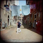 Italie, Venise, Canaregio..Des touristes égarés tente de s'orienter..© Jean-Patrick Di Silvestro