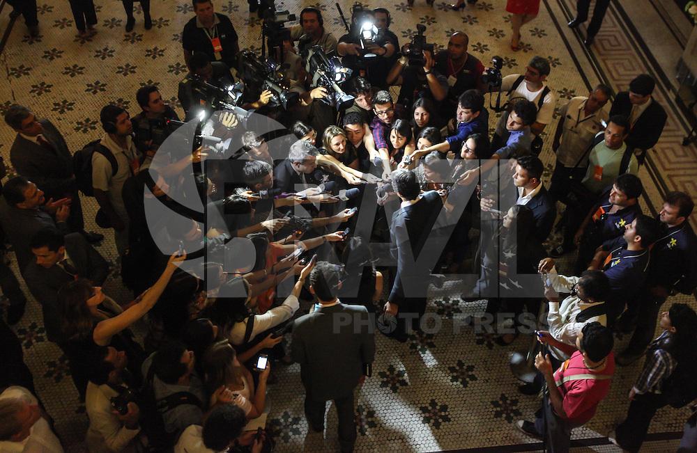 ATENCAO EDITOR IMAGEM EMBARGADA PARA VEICULOS INTERNACIONAIS - SAO PAULO, SP, 19 DEZEMBRO 2012 - DIPLOMACAO MUNICIPAL SAO PAULO - O prefeito Fernando Haddad atende jornalistas apos audiência para diplomação de sua candidatura, e dos 55 vereadores eleitos na cidade de São Paulo, em cerimônia realizada na Sala São Paulo, na Praça Júlio Prestes, no Bairro Santa Cecília em São Paulo (SP), nesta quarta-feira (19). O juiz da 1ª Zona Eleitoral, Henrique Harris Junior, presidiu a audiência. (FOTO: WILLIAM VOLCOV / BRAZIL PHOTO PRESS).