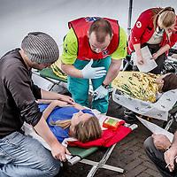 Nederland, Amsterdam, 16 oktober 2016.<br />Een medische hulppost van het Rode Kruis naast het Olympisch stadion geeft hulp aan uitgeputte deelnemers vd TCS Marathon Amsterdam 2016 en laat ze weer even op adem komen na de vermoeiende prestaties.<br /><br /><br /><br />Foto: Jean-Pierre Jans