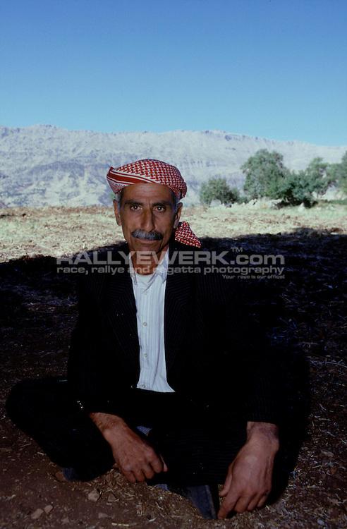 Eruh/Sirnak, TUR, Türkei, 14.09.2002: Kurdistan..Der kurdische Bauer Emin Elci auf seinem Land in den Bergen noerdlich von Sirnak...© www.photoguerilla.com/Robert W. Kranz..Türkei, Tuerkei, Kurdistan, Eruh, Sirnak, Bauer, Kurde