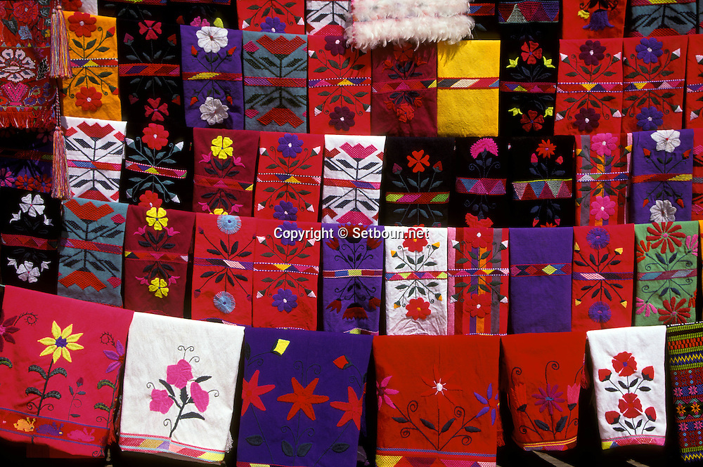 = indian colorful fabrics in Zinacantan:weawing  indian totzil  Chiapas  Mexico  /// Zinacatan, tissage indien totzil  Chiapas  Mexique  +
