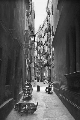 Spanje,Catalonie, Barcelona, 27-12-1974Straatbeeld in de wijk El Born in de stad. Dictator generaal Franco was nog aan de macht sinds het einde van de Spaanse burgeroorlog.De stad was niet zo naar de zee gericht als tegenwoordig. Foto: Flip Franssen/Hollandse Hoogte