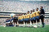 Fotball<br /> VM 1970<br /> Foto: Colorsport/Digitalsport<br /> NORWAY ONLY<br /> <br /> WORLD CUP FINAL 1970. AZTEC STADIUM, MEXICO CITY. BRAZIL AND ITALY TEAMS LINE UP BEFORE THE MATCH. PELE IS THIRD FROM RIGHT IN BRAZIL TEAM, LOOKING TOWARDS CAMERA.