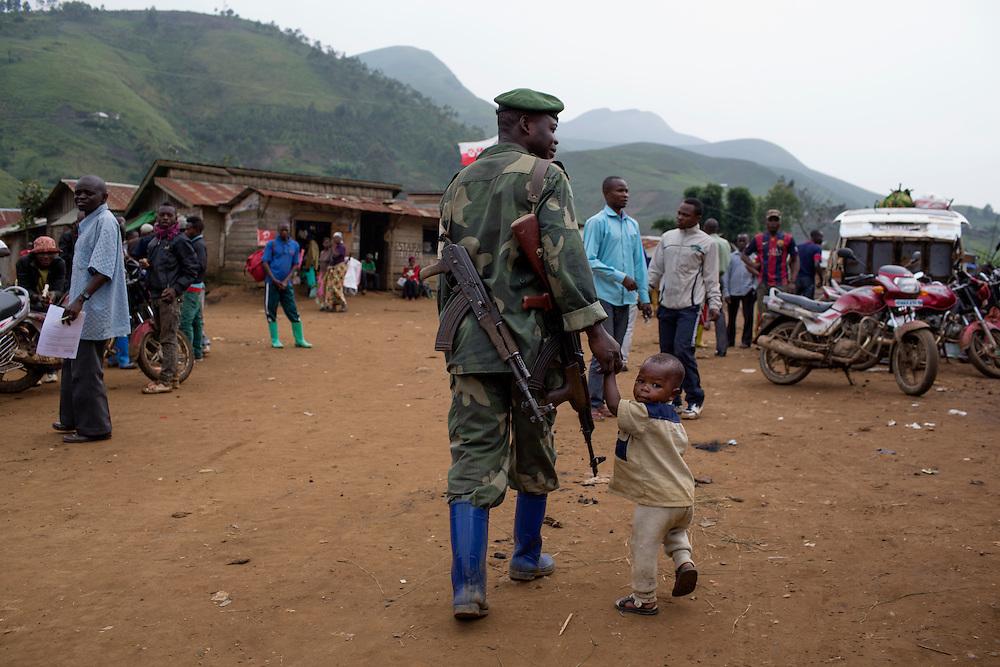 Nzibira, Congo<br /> <br /> Alpha, soldat i regulj&auml;ra arm&eacute;n, med sin son Alpha (samma namn), 2,5 &aring;r. <br /> <br /> Photo: Niclas Hammarstr&ouml;m