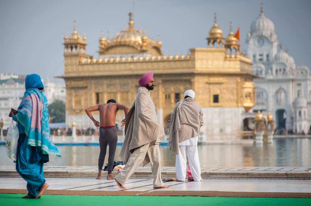 Sikh pilgrims walking around the Golden Temple in Amritsar (India)