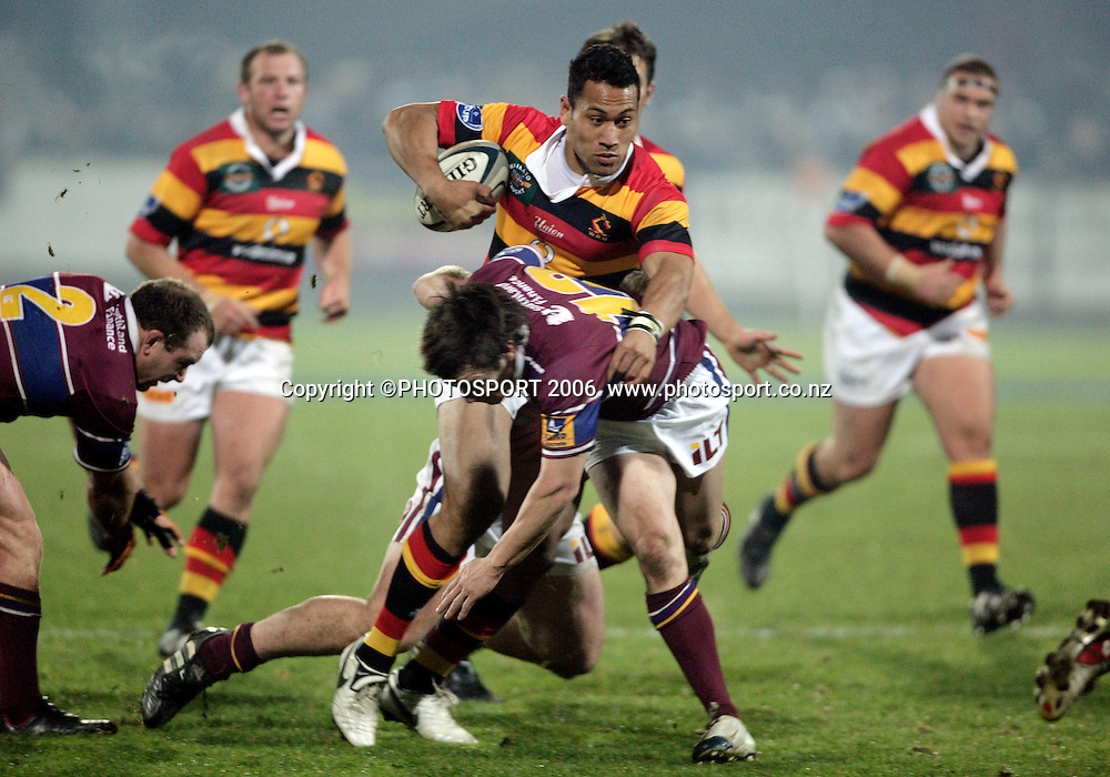 Roy Kinikinlau in action during the Air New Zealand Cup rugby match between Southland and Waikato at Rugby Park Stadium, Invercargill, on Saturday 5 August 2006. Photo: Richard Jones/PHOTOSPORT<br /> <br /> <br /> 050806 week 2 npc