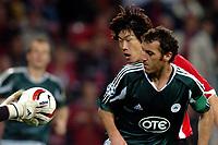 Fotball<br /> Champions League 2004/05<br /> PSV v Panathinaikos<br /> 29. september 2004<br /> Foto: Digitalsport<br /> NORWAY ONLY<br /> Ji-Sung Park kijkt naar de bal in de handen van Kostas Chalkias met voor hem Yannis Goumas