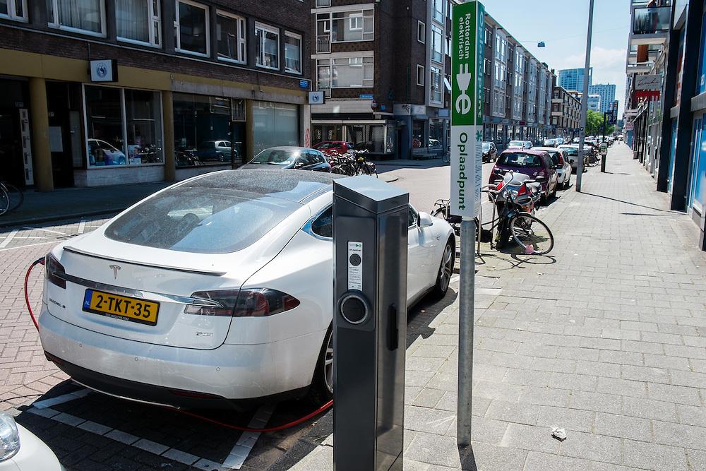 Nederland, Rotterdam, 8 juni 2014<br /> Electrische auto staat geparkeerd bij laadpaal in straat in Rotterdam. <br /> Foto (c) Michiel Wijnbergh