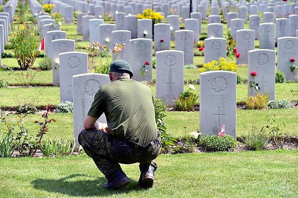 Nederland, Groesbeek, 17-7-20144 Daagse, Dag van Groesbeek, Zevenheuvelenweg. De vierdaagse is het grootste wandelevenement ter wereld. Deze dag is beroemd vanwege de heuvels die belopen moeten worden. Ook is er de militaire begraafplaats waar veel canadezen begraven liggen die hier gevochten hebben tijdens de oorlog. De soldaten uit Canada brengen elk jaar een eerbetoon aan deze plek.Blaren en voeten worden verzorgd op een hulppost van Rode Kruis en de landmacht. Ook de plaatselijke bevolking en vooral de jeugd verzorgen veel afleiding met muziek en eten en drinken op het parcours.Foto: Flip Franssen/Hollandse Hoogte