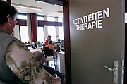 Nederland, Nijmegen, 15-5-2003..Aktiviteitenbegeleidster in de ruimte van aktiviteitentherapie op afdeling geriatrie, neurologie van UMCN. Vergrijzing, hersenbloeding, herseninfarct, ouderen, zorg, gezondheidszorg..Foto: Flip Franssen