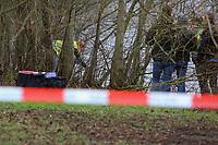 Mannheim. 28.01.18   <br /> Vogelstang. Unterer Vogelstangsee. Im n&ouml;rdlichen Uferbereich des Sees ist eine Leiche gefunden worden. Die Kriminalpolizei und Einsatzkr&auml;fte der DLRG bergen den Leichnam und decken diesen mit Folie ab.<br /> Eine Leiche ist am Sonntag am Mannheimer Vogelstangsee gefunden worden. Das hat die Polizei auf Anfrage best&auml;tigt. Einsatzkr&auml;fte sind zurzeit vor Ort<br /> Bild: Markus Prosswitz 28JAN18 / masterpress (Bild ist honorarpflichtig - No Model Release!) <br /> BILD- ID 06957  