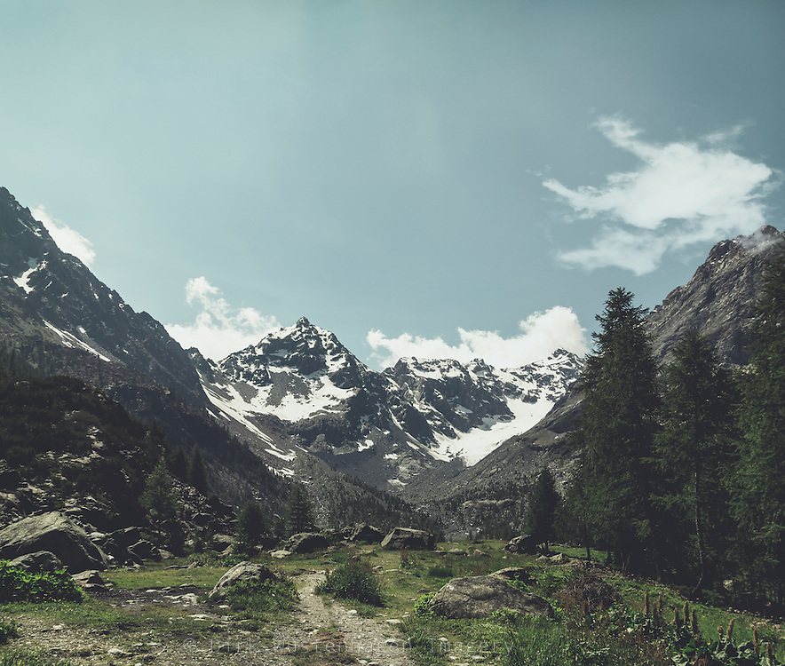 Alpines Tal mit Blick auf Gletscher, Chiareggio, Lomabardei, Italien