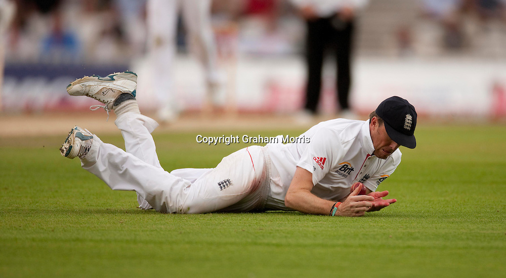 Graeme Swann fields off Kamran Akmal during the third npower Test Match between England and Pakistan at the Oval.  Photo: Graham Morris (Tel: +44(0)20 8969 4192 Email: sales@cricketpix.com) 21/08/10
