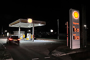 Nederland, Wijchen, 30-11-2018 Vanwege de lage waterstand in de grote rivieren kunnen tankstations moeilijker bevoorraad wporden. Dit onbemande Shell tankstation is tijdelijk gesloten omdat de brandstof op is. De grote stations hebben voorrang bij de bevoorrading tijdens het extreme laagwater. Foto: Flip Franssen