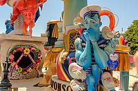 Plus de 200 grandes statues satiriques en papier mâché sont installées.<br /> Elles partent en fumée le 24 juin. <br /> Le mot «feria», qui désignait à l'origine une manifestation économique bien souvent agricole, signifie encore «foire». <br /> Dans le domaine des loisirs, une «feria» est toujours rattachée à un cycle despectacles taurins, ainsi que les festivités qui accompagnent lescourses de taureaux. <br /> L'origine de la férie est toujours liée à unefête votive,comme laFeria de San Isidro, patron de la cité de Madrid. <br /> La feria rend hommage à un laboureur qui faisait la charité avec sa femme Maria Torribia, bien qu'ils fussent eux-mêmes dans le plus grand dénuement.<br /> Vers le milieu du XIXe siècle, de nombreuses femmes d'agriculteurs gitans ont commencé à fréquenter ces foires vêtues de leurs longues robes faites à la main à partir de vieux vêtements. Elles étaient souvent ornées de volants afin de rendre les tissus simples plus beaux et plus esthétiques.<br /> EnAndalousie, les plus anciennes ferias correspondent à l'ancienneté des arènes notamment la ville deJerez de la Fronteradont lesarènescomptent parmi les plus anciennes d'Espagne. <br /> Malagaoffre au mois d'août laFeria de Málaga, comme pratiquement toutes les villes des régions autonomes espagnoles possédant des arènes de première, deuxième ou troisième catégorie. <br /> En 2003, en Espagne, on comptait 598 spectacles taurins majeurs (corridas formelles) et mineurs (novilladas,becerradas), et 1146 spectacles taurins populaires comprenant les lâchers de taureaux, lestoro de fuego. <br /> En 2004, on comptait 810 corridas formelles, 555 novilladas piquées, 380 rejoneos, et 187 spectacles mixtes ou festivals piqués.<br /> Contrairement à ce que l'on pourrait penser, les ferias ne sont pas l'apanage de l'Europe. On trouve des ferias en Amérique latine (Mexique, Pérou, Colombie et Venezuela). Au Mexique, la plus grande feria est la feria nationale de San Marcos, la plus ancienne du pays. Sa pre