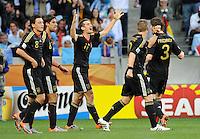 FUSSBALL WM 2010    VIERTELFINALE  02.07.2010 ARGENTINIEN - DEUTSCHLAND Torjubel Miroslav KLOSE (Mitte). Mesut OEZIL, Sami KHEDIRA, Bastian SCHWEINSTEIGER (Deutschland) und Arne FRIEDRICH (v.l., alle Deutschland) freuen sich mit dem Torschuetzen