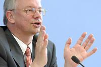 """07 JUN 2003, BERLIN/GERMANY:<br /> Roland Koch, CDU, Ministerpraesident Hessen, waehrend einer Pressekonferenz zum Thema """"Mehr Arbeit, mehr Geld"""", Bundespressekonferenz<br /> IMAGE: 20030707-03-027<br /> KEYWORDS: Ministerpräsident"""