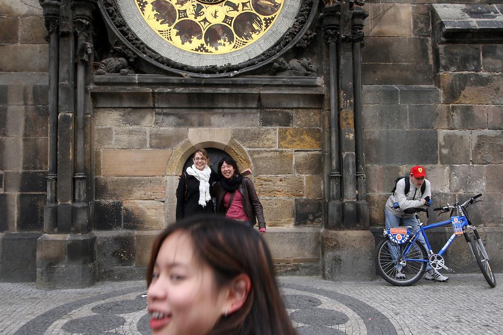 Touristen auf dem Altst&auml;dter Ring vor dem Altst&auml;dter Rathaus (Staromestska radnice) lassen sich vor einem Teil der Aposteluhr (Orloj) fotografieren. Diese wurde gegen Ende des 15. Jahrhunderts vom Astronomen Magister Hanusch vollendet. <br /> <br /> Tourists been photographed in front of one part of the Prague Astronomical Clock (Orloj) on the southern wall of the Old Town City Hall and the Old Town Square.