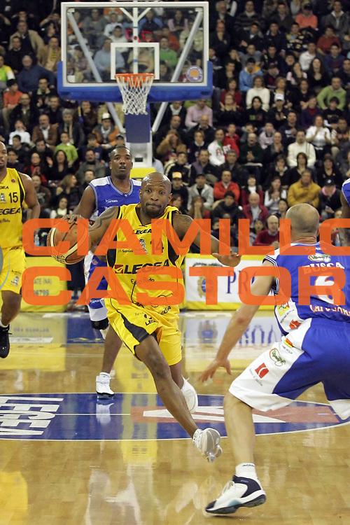 DESCRIZIONE : Scafati Lega A1 2006-07 Legea Scafati Upea Capo d'Orlando <br /> GIOCATORE : Carter<br /> SQUADRA : Legea Scafati<br /> EVENTO : Campionato Lega A1 2006-2007 <br /> GARA : Legea Scafati Upea Capo d'Orlando<br /> DATA : 25/03/2007<br /> CATEGORIA : Palleggio<br /> SPORT : Pallacanestro <br /> AUTORE : Agenzia Ciamillo-Castoria/A.De Lise