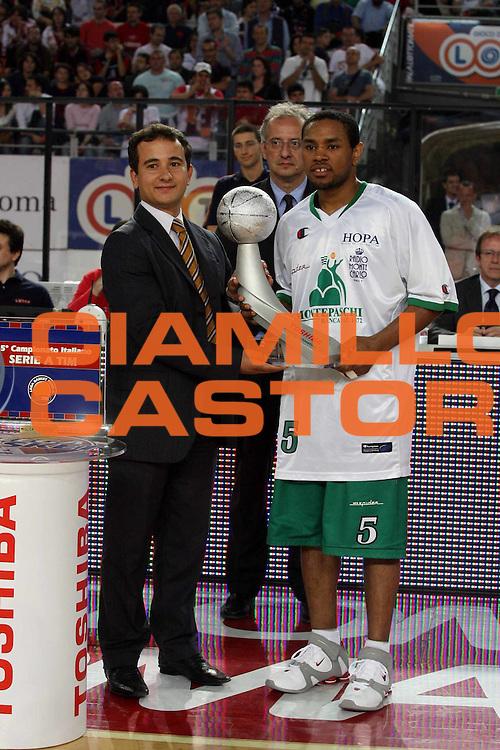 DESCRIZIONE : Roma Lega A1 2006-07 Playoff Semifinale Gara 2 Lottomatica Virtus Roma Montepaschi Siena <br />GIOCATORE : Terrel Mc Intyre <br />SQUADRA : <br />EVENTO : Campionato Lega A1 2006-2007 Playoff Semifinale Gara 2 <br />GARA : Lottomatica Virtus Roma Montepaschi Siena <br />DATA : 02/06/2007 <br />CATEGORIA : Ritratto Premiazione<br />SPORT : Pallacanestro <br />AUTORE : Agenzia Ciamillo-Castoria/G.Ciamillo