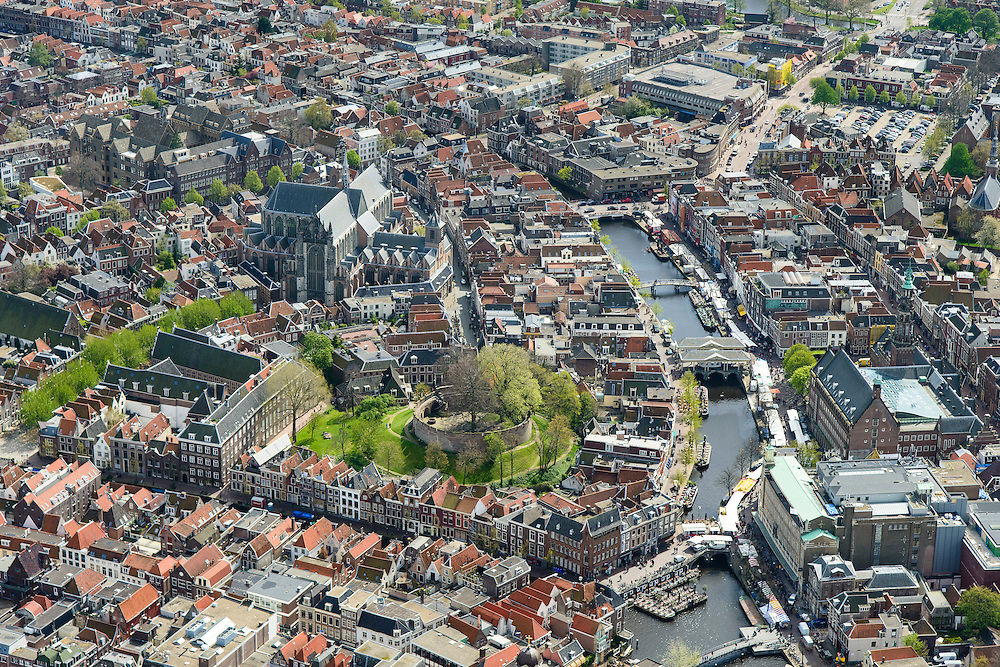 Nederland, Zuid-Holland, Leiden, 09-04-2014; binnenstad met Nieuwe Rijn, Vismarkt en Botermarkt (met marktkramen).  De Burcht en Hooglandse Kerk<br /> Old town of the city of Leiden with old castle de Burcht , church and the river New Rhine.<br /> luchtfoto (toeslag op standard tarieven);<br /> aerial photo (additional fee required);<br /> copyright foto/photo Siebe Swart.