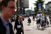 In Utrecht rijdt een grote stroom fietsers over het fietspad langs het Vredenburg tijdens de avondspits<br /> <br /> In Utrecht cyclists ride at the bike lane near Vredenburg.