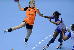 07-12-2013 HANDBAL: WERELD KAMPIOENSCHAP NEDERLAND - DOMINICAANSE REPUBLIEK: BELGRADO <br /> 21st Women s Handball World Championship Belgrade, Nederland wint met 44-21 / Nycke Groot<br /> ©2013-WWW.FOTOHOOGENDOORN.NL