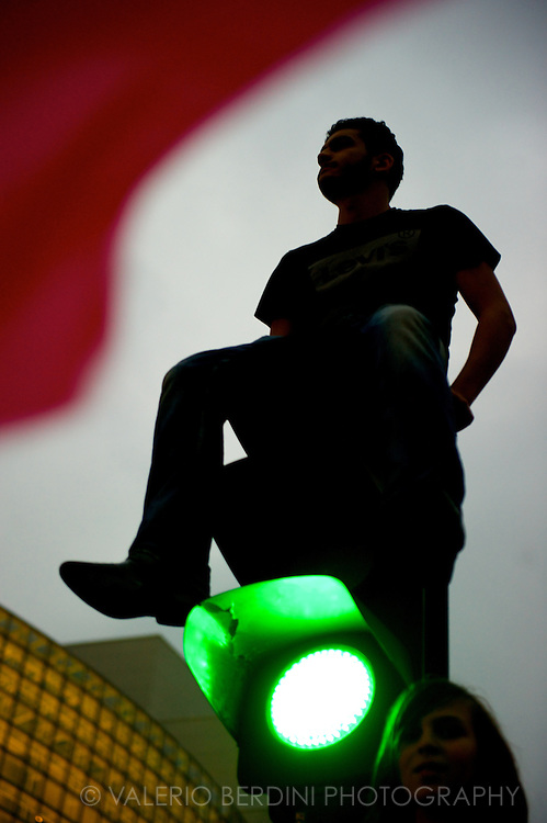 A man and a girl ascended a traffic light.