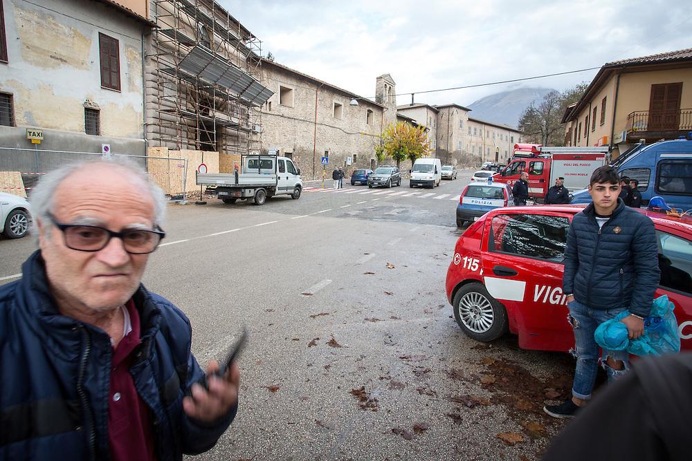 Italy - Italien - ITALIA > terra ferita - nach den Erdbeben - Reise durch die Regionen Latium, Umbrien und Marken < HIER:  Fahrt nach Umbrien; NORCIA - im historischen Stadtkern sind viele Kirchen und Häuser beschädigt/zerstört - auch Teile der Stadtmauer - Bewohner warten auf den Zugang zur gesperrten Roten Zone 18.11.2016