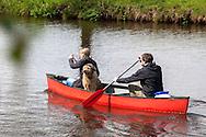 Europe, Germany, Lower Saxony, Worpswede, canoeing with a dog on the river Hamme at Neu Helgoland, Teufelsmoor.<br /> <br /> Europa, Deutschland, Niedersachsen, Worpswede, Kanufahrt mit Hund auf der Hamme bei Neu Helgoland, Teufelsmoor.
