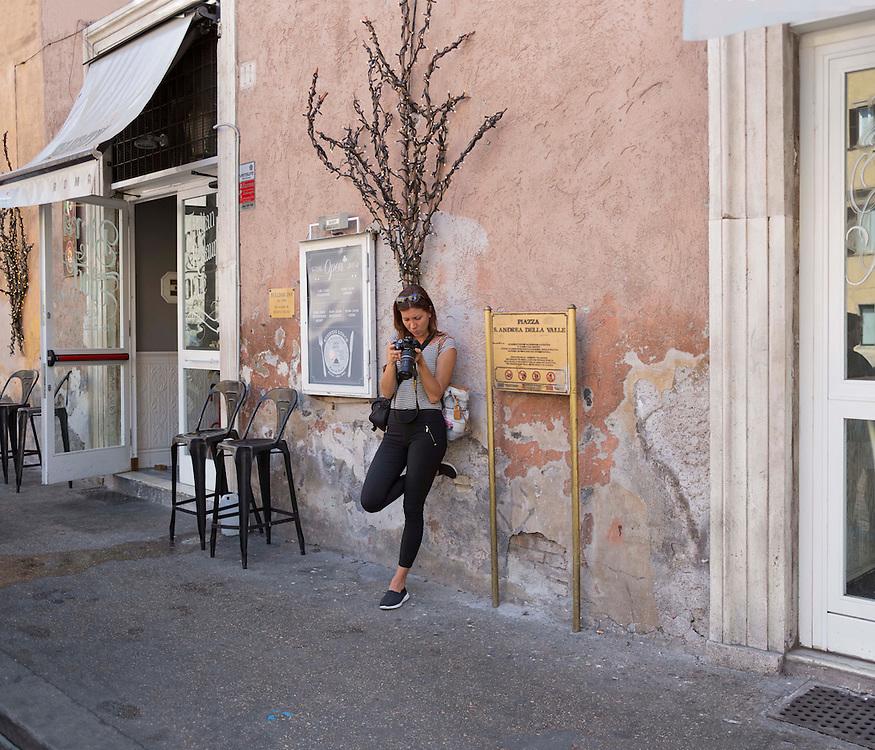 turista in piazza sant'andrea della valle,<br />  tourist in the square sant'andrea della valle