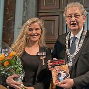 Amsterdam, 25-04-2014. Vandaag vindt de jaarlijkse lintjesregen plaats. In de Nieuwe Kerk te Amsterdam kregen vandaag de nieuwe ridders en officieren van Amsterdam hun lintje opgespeld door burgemeester Van der Laan. Er krijgen 19 dames en 35 heren een onderscheiding. 12 dames en 20 heren worden Lid in de Orde van Oranje Nassau. 5 ddames en 10 heren worden Ridder in de Orde van Oranje Nassau. 1 dame en 4 heren worden Officier van Oranje Nassau en 1 dame en 1 heer worden Ridder in de Orde van de Nederlandse Leeuw. Op de foto Dafne Westerhof beschermer en opvang van het Beloofde Varkensland en Familie Bofkont.
