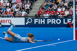 Julieta Jankunas of Argentina Women goes round Sabbie Heesh of Great Britain Women in the shoot out to score during the 2019 Women's FIH Pro League match at Lee Valley Hockey Centre, Stratford<br /> Picture by Simon Parker/Focus Images Ltd <br /> 18/05/2019