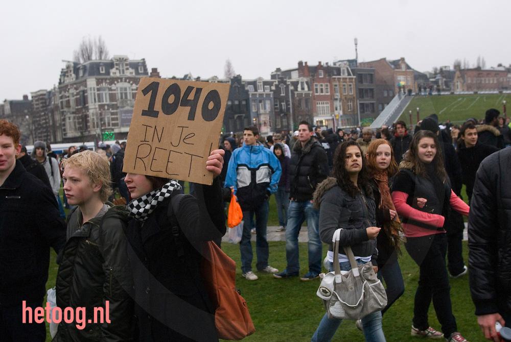 the netherlands, nederland, amsterdam: scholieren protesteren op het museumplein tegen de 1040 urennorm.
