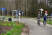 Nederland, Ooij, 6-2-2014 Scholieren fietsen over een smalle weg in de polder, ooijpolder, van school naar huis. Zij zijn kwetsbaar in het verkeer waar ze niet op een apart fietspad kunnen rijden. Foto: Flip Franssen/Hollandse Hoogte