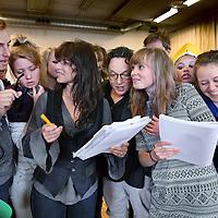 Nederland, Amsterdam , 14 mei 2014.<br /> De laatste vriend van Napoleon.<br /> De Laatste Vriend van Napoleonis gebaseerd op een waargebeurd stukje vaderlandse geschiedenis. Dankzij de onverzettelijke Pierre Maufroy werd Delfzijl een half jaar later bevrijd dan de rest van Nederland. Op 23 mei 2014 is het precies tweehonderd jaar geleden dat het laatste Franse bolwerk in Nederland viel. Een mooi moment voor de Stichting Culturele Activiteiten IVAK – bekend van de opera Carmen– om uit te pakken met een muziektheaterspektakel, waaraan grote namen uit de Nederlandse theaterwereld meewerken. Zo is de regie in handen van Ruut Weissman en speelt Ellen ten Damme de rol van Stans Roggepol. Bijzonder is de samenwerking met de Koninklijke Militaire Kapel Johan Willem Frisoo.l.v. Tijmen Botma. Het evenement wordt georganiseerd in het kader van tweehonderd jaar Ontzet van Delfzijl en tweehonderd jaar Koninkrijk der Nederlanden en vindt plaats op een bijzondere locatie in Delfzijl: de vervallen loods op de Damsterkade.<br /> Op de foto tijdens de repetitie, een aantal figuranten acteurs en actrices, Ellen ten Damme en regisseur Ruut Weissman.<br /> <br /> Foto:Jean-Pierre Jans