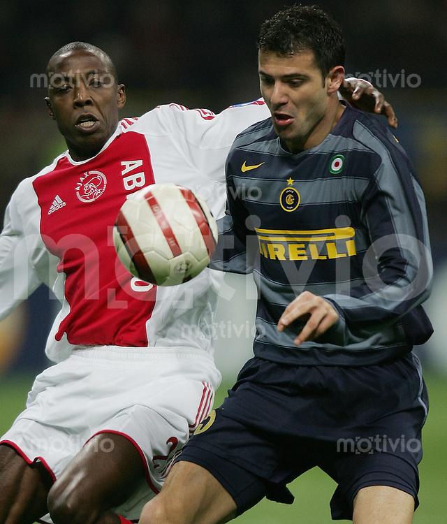 FUSSBALL Champions League 2005/2006 Achtelfinal Rueckspiel Inter Mailand 1-0 Ajax Amsterdam Hatem Trabelsi (Ajax,li) gegen Dejan Stankovic (Inter)