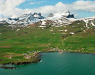 Borgarfjörður eystri séð til vesturs, Dyrfjöll i bakgrunni..Borgarfjarðarhreppur /.Borgarfjordur eystr viewing west. Mount Dyrfjoll in background, Biorgarfjardarhreppur