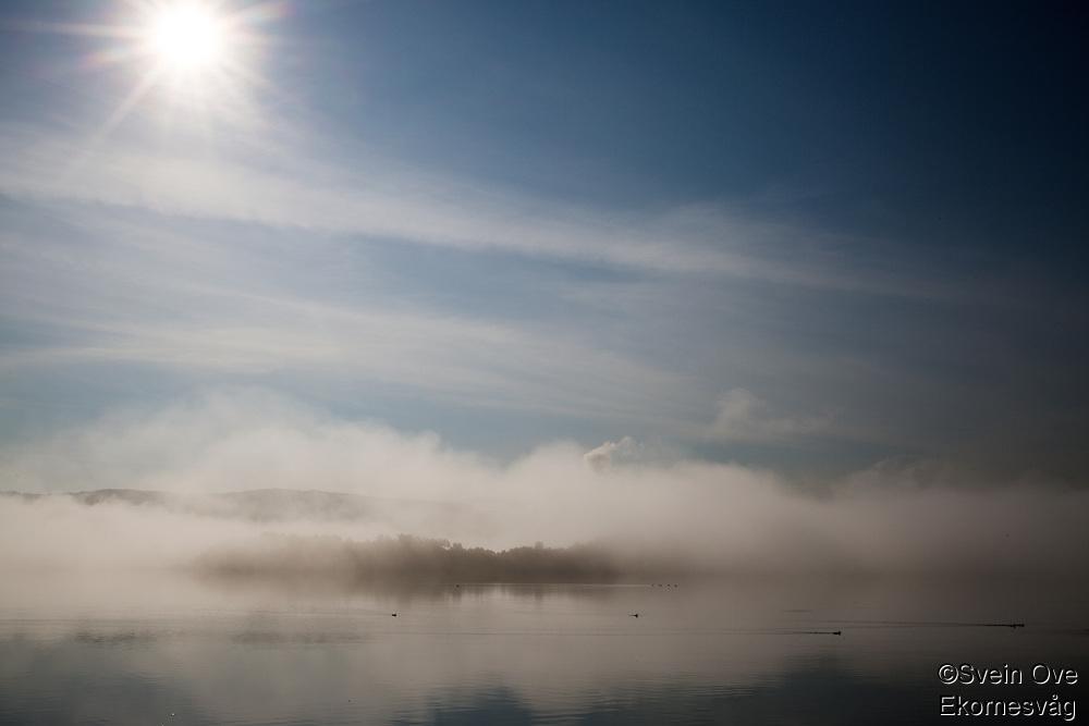 Tåke i Ellingsøyfjorden.<br /> Foto: Svein Ove Ekornesvåg