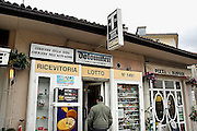 Italie, Bolzano, 8-3-2008..Winkel, tabakswinkel in het centrum van de stad. Bolzano, Bozen, is na de eerste wereldoorlog bij Italië gevoegd en is tweetalig. De bevolking is sterk gericht op Oostenrijk...Foto: Flip Franssen