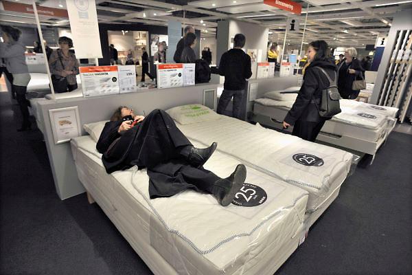 Nederland, Duiven, 3-3-2012In de winkel van Ikea. Een vrouw, echtgenote van de fotograaf, probeerd een bed uit.Foto: Flip Franssen/Hollandse Hoogte