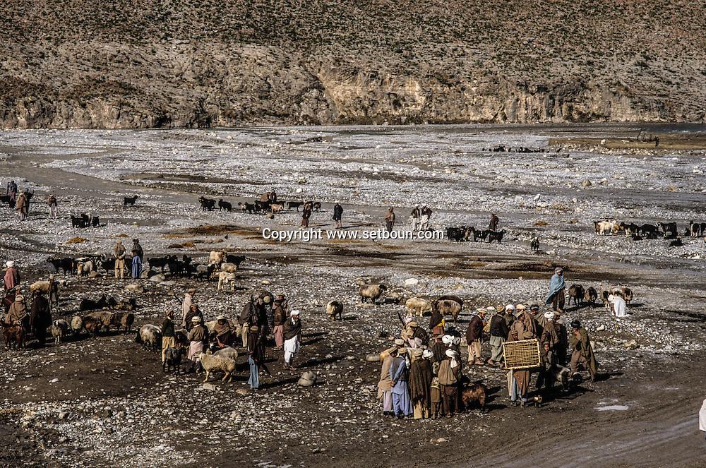 Pakistan. Tribal area. Terri mangal village on the border , entry point in Afghanistan.in the tribal area of the   North western territory - Pakistan  zones tribales de la frontiere du nord ouest / Terri Mangal village sur la frontiere afghane, route de passage vers l Afghanistan . dans les zones tribales de la frontiere regies pas la jirga et la loi des tribus  Zone tribales - Pakistan zones tribales de la frontiere du nord ouest / PAK NWT09