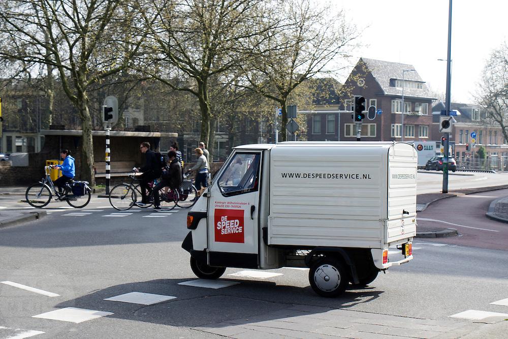 In Utrecht rijdt een medewerker van De Speedservice in een transportscooter door de stad. De Speedservice is een pakketservice voor kleine pakketten in Utrecht en opgezet door De Stadsbrug, een bedrijfsverzamelgebouw in Utrecht voor kwetsbare doelgroepen, en Altrecht Talent, een onderdeel van de GGZ om mensen met (voormalige) psychiatrische problemen weer een plek in de maatschappij te geven.<br /> <br /> In Utrecht an employee of The Speed Service rides in a transportation scooter through the city. The Speed Service is a package service for small packages in Utrecht and set up by the Stadsbrug, a business complex in Utrecht for vulnerable groups, and Altrecht Talent, a component of mental health care to get people with (former) psychiatric problems a place in society again.