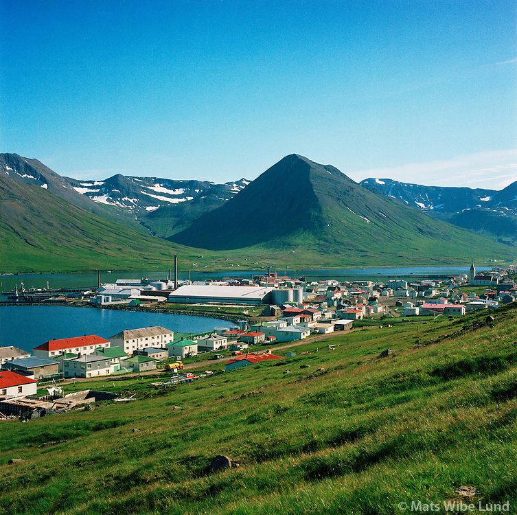 Siglufjörður séð til suðurs 1969. Hólshyrnan i miðju mynd..Siglufjordur viewing south. Mount Holshyrnan in center.