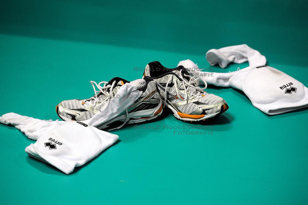 30-06-2012 VOLLEYBAL: WGP FINAL CHINA - TURKIJE: NINGBO <br />Asics schoenen en kniebeschermers van Gozde Kirdar Sonsirma<br />&copy;2012-FotoHoogendoorn.nl